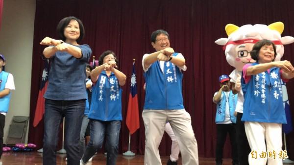 國民黨黨主席吳敦義妻子蔡令怡(左)今天替該黨新竹縣長參選人楊文科(中)輔選,在楊文科婦女後援會成立大會上一起跟大家「帶動跳」,展現滿滿活力。(記者黃美珠攝)