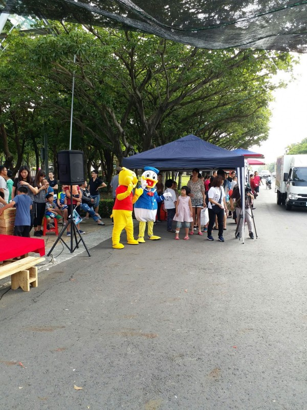 卡通人偶歡迎小朋友到來,讓參與活動的小朋友興奮不已。(記者詹士弘翻攝)