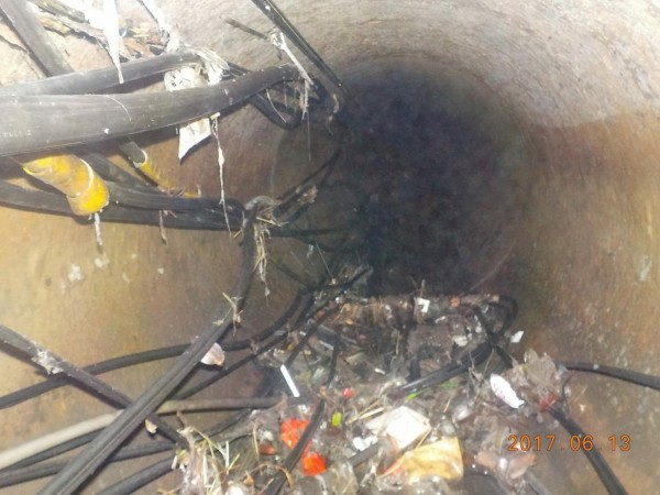 丁守中認為,不應該所有問題都推給時雨量,指出許多管線都附掛纜線影響排水,而發生高壓水柱沖破下水道孔就是因為幹管不通。(圖由丁守中辦公室提供)