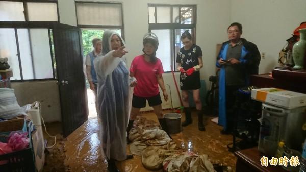 基隆市議長宋瑋莉(左)到通仁街等地勘災。(記者盧賢秀攝)