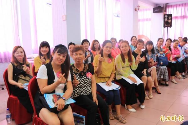 苗栗縣16名來自中國、東南亞的新住民姊妹們,獲頒昭君典範獎(記者鄭名翔攝)