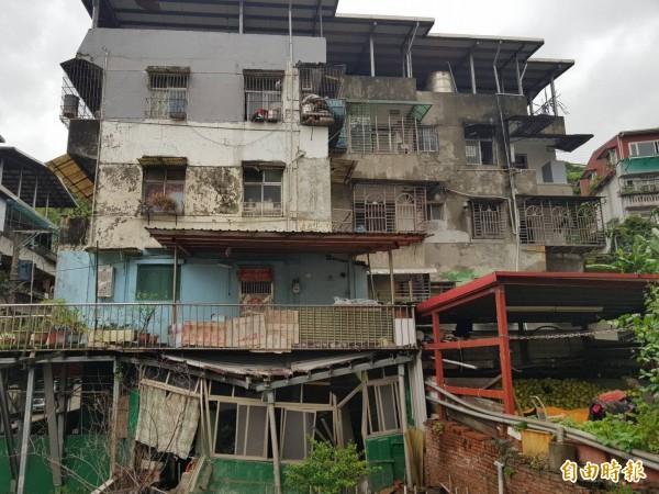 豪雨沖刷,基隆市新西街207巷民宅一樓坍塌變型下陷;市政府已經下令拆除增違建部分。(記者俞肇福攝)