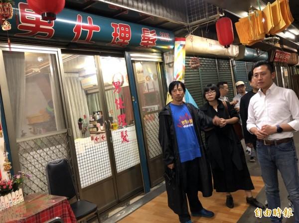 新竹市長林智堅與日籍教授們共同實地勘查東門市場。(記者蔡彰盛攝)