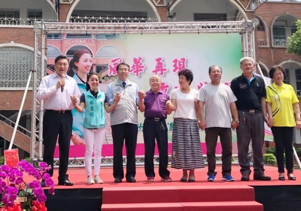 鄭佳欣(左2)成立保西後援會,王定宇(左1)與黃偉哲(左3)都站台力挺。(記者吳俊鋒翻攝)