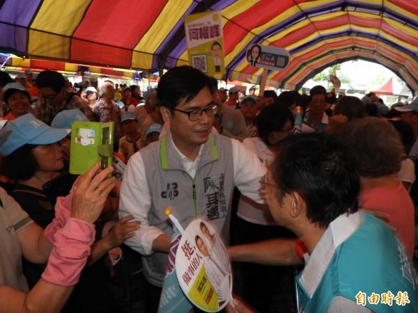 陳其邁受到三民區鄉親熱烈歡迎。(記者葛祐豪攝)