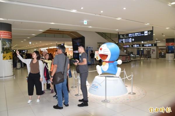 台灣旅客抵達新千歲機場後,在國際線大廳與哆啦A夢合影。(記者蘇福男攝)