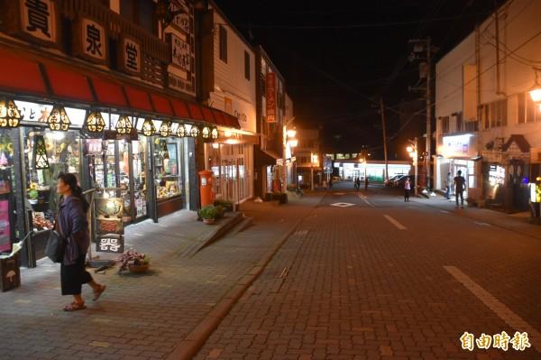 今晚在登別溫泉街購物逛街的,都是台灣觀光客。(記者蘇福男攝)