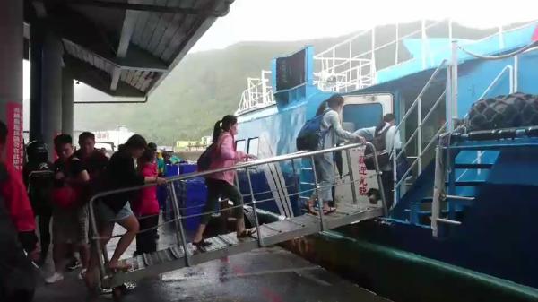 受天候影響,綠島交通船僅開出一班,一早民眾搶搭。(記者王秀亭翻攝)