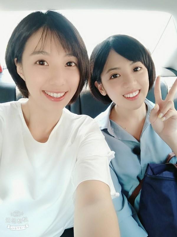 台北學姊黃瀞瑩(右)與徐欣瑩競選團隊的新竹學妹李玫(左)的外貌和髮型,頗為神似。(徐欣瑩提供)