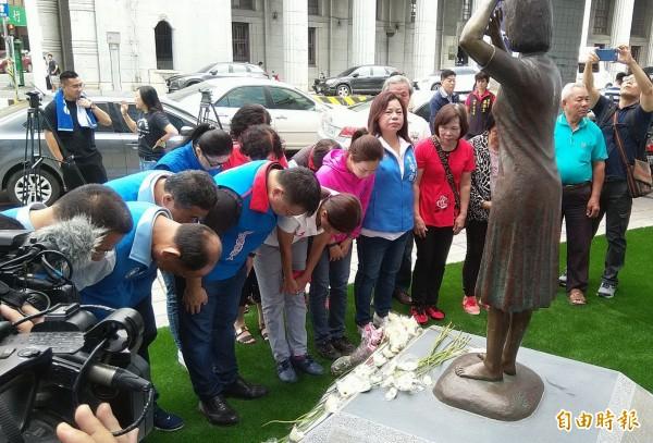 高思博及多位國民黨議員在慰女婦銅像前召開記者會,並向銅像鞠躬、獻花。(記者蔡文居攝)