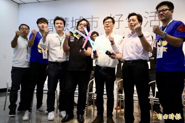 陳其邁(右3)發表電競政策,承諾將成立台灣第一個電競產業園區。(記者葛祐豪攝)