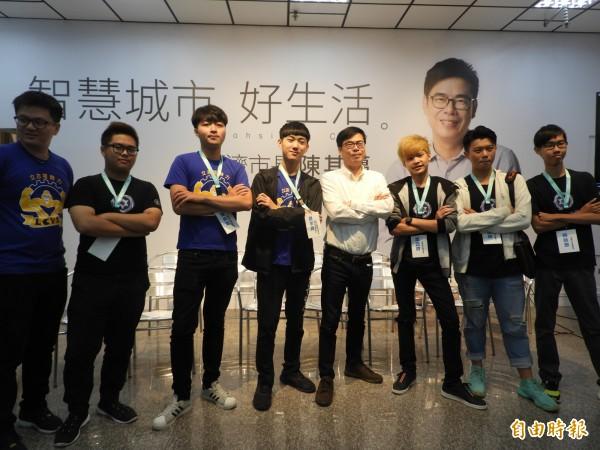 陳其邁(右4)與高雄在地電競選手合影。(記者葛祐豪攝)