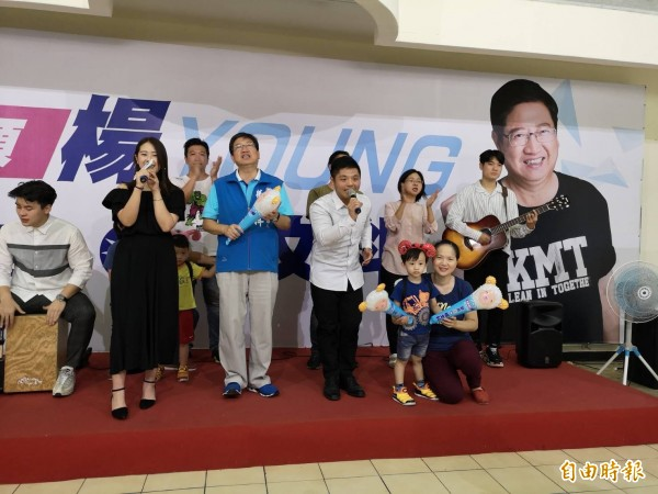 國民黨新竹縣長參選人楊文科(左3)今天用唱的,公佈他的競選主題曲~飛揚的青春。(記者黃美珠攝)
