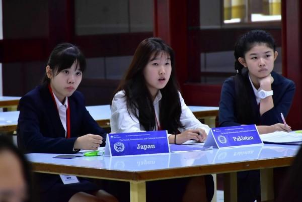 明道中學舉辦跨校性「模擬聯合國會議」,參與學生全程以英文模擬聯合國會議的發言。(記者陳建志翻攝)