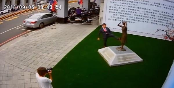 藤井實彥涉嫌踢踹銅像。(取自謝龍介臉書)