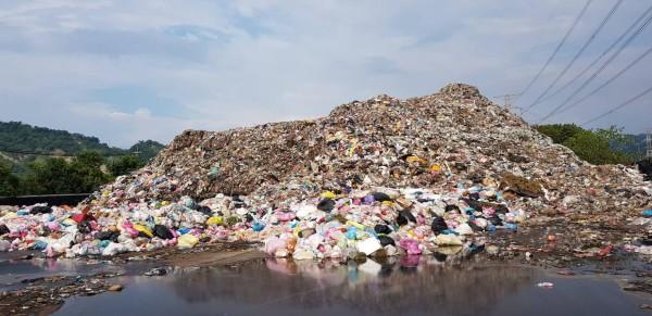 南投草屯垃圾遇上各縣市焚化爐歲修無法去化,導致堆置垃圾量達一萬六千多噸。(記者劉濱銓翻攝)