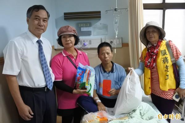 「人間有愛」line群組專幫付不出醫藥費,昨天幫單親爸爸解決難題。(記者蔡宗憲攝)