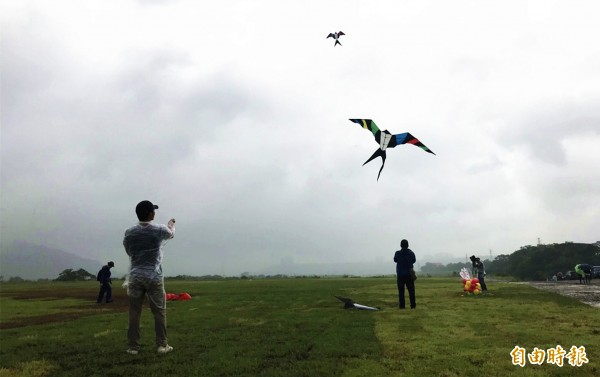 中庄調整池景觀土丘新竣工,廣闊的草皮很適合放風箏、遛小孩。(記者李容萍攝)
