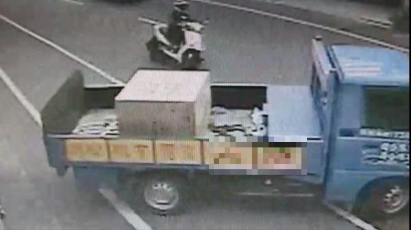 彰化和美彰新路發生驚險意外,機車騎士被迴轉小貨車撞上。(記者劉曉欣翻攝)