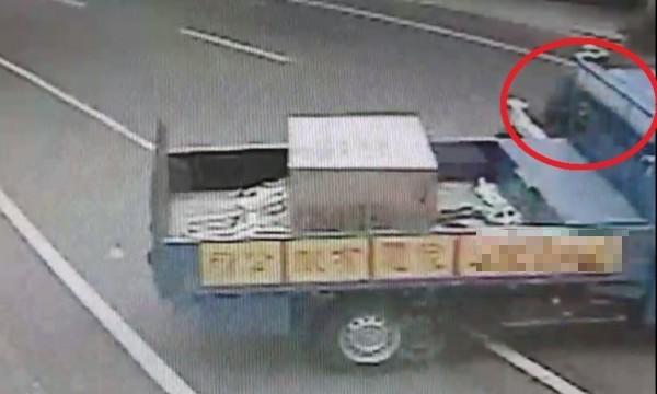 彰化和美彰新路發生驚險意外,機車騎士(紅圈處)被迴轉小貨車撞上。(記者劉曉欣翻攝)