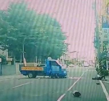 18歲機車騎士被迴轉小貨車撞到彈飛倒地,連安全帽都彈飛落地。(記者劉曉欣翻攝)