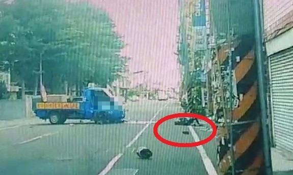 彰化和美彰新路發生驚險意外,機車騎士被迴轉小貨車撞上,安全帽彈飛落地,機車騎士(紅圈處)也彈飛倒地。(記者劉曉欣翻攝)
