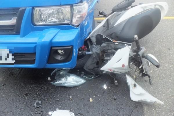 彰化和美彰新路發生驚險意外,機車騎士被迴轉小貨車撞上,機車都卡在小貨車輪下。(記者劉曉欣翻攝)