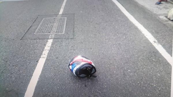 彰化和美彰新路發生驚險意外,機車騎士被迴轉小貨車撞上,安全帽都彈飛落地。(記者劉曉欣翻攝)