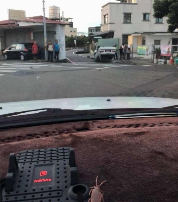 有民眾從轎車內拍翻車照片PO網,車內的「小強」意外超搶戲!(翻攝自臉書彰化人大小事)