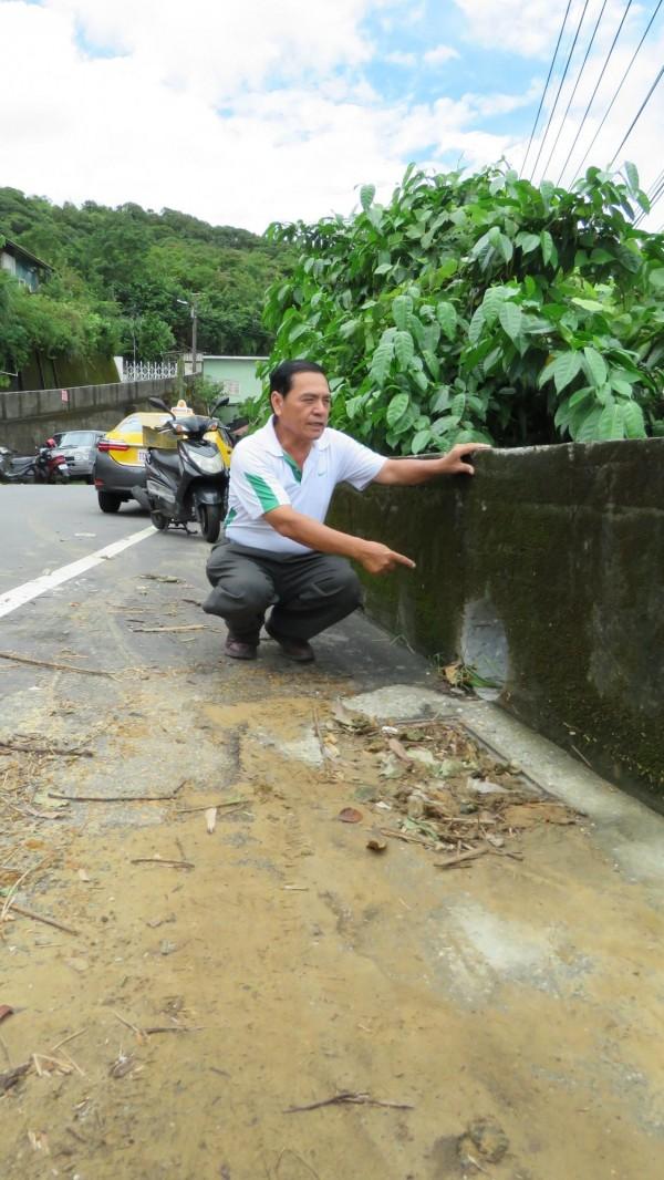 基隆雨停了,民眾趕忙檢視災損情形。(記者林欣漢攝)