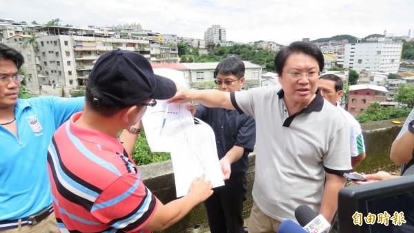 基隆市長林右昌(右)到發生土石崩落的中平街產業道路,勘查搶災情形。(記者林欣漢攝)