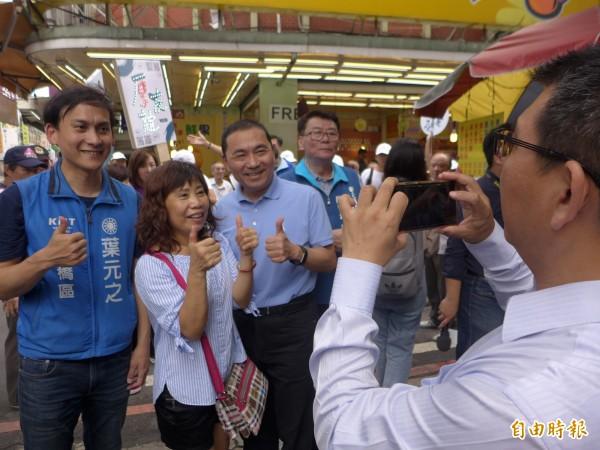 國民黨新北市長參選人侯友宜到板橋區幸德市場拜票,和熱情民眾合影。(記者李雅雯攝)