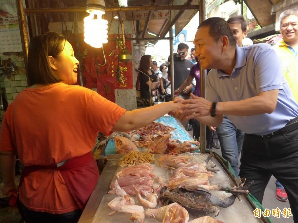 國民黨新北市長參選人侯友宜到板橋區幸德市場掃街拜票。(記者李雅雯攝)