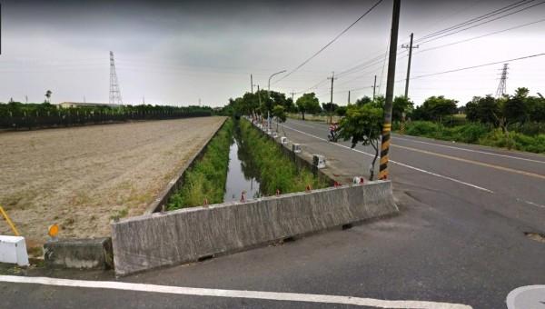 南47線佳里子龍往西港後營段排水土堤日前淹水後流失近百公尺,道路也遭波及塌陷,圖為未損害前排水狀況。(記者王涵平翻攝)