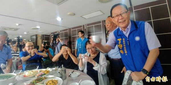 國民黨台北市長參選人丁守中(右一)(記者簡惠茹攝)