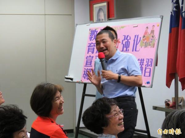 國民黨新北市長參選人侯友宜今天早上至三重農會家政班和婆媽互動。(記者陳心瑜攝)
