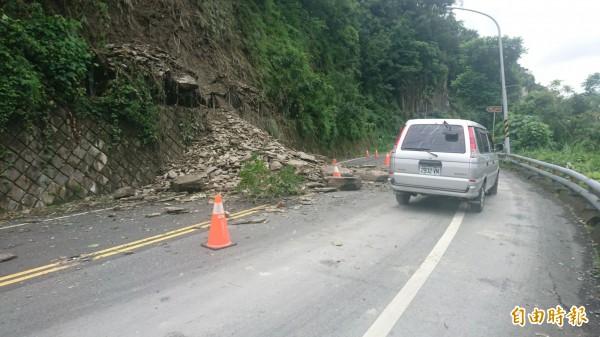 知本溫泉區龍泉路往森林遊樂區路段土石崩坍,單線雙向通行。(記者張存薇攝)