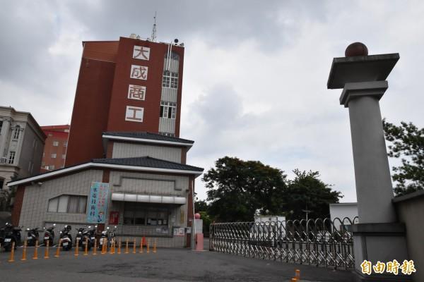 大成商工九位教師指控學校非法解雇教師及積欠研究費。(記者黃淑莉攝)