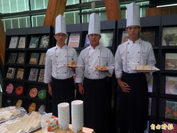 竹北新瓦屋集會堂的餐飲主題書展,今天與東泰高中餐飲科合作,以擺盤設計及上菜儀式開場。(記者廖雪茹攝)