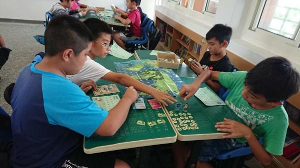 屏東大學學生到金門何浦國小推廣桌遊。(圖由屏東大學提供)
