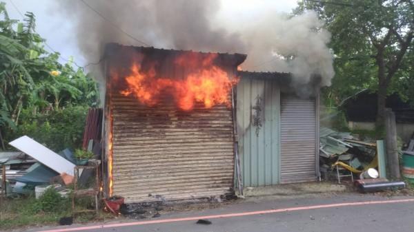 嘉義市劉富街一間小型鐵皮屋倉庫發生火警,消防人員進入火場發現1具焦屍。(記者丁偉杰翻攝)