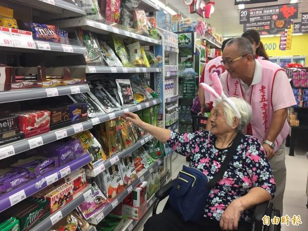 長輩在志工的陪同下到超市購物。(記者蔡淑媛攝)