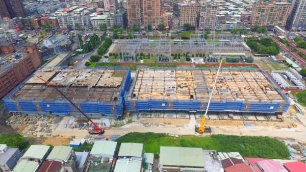 土城區「板橋一次變電所」正進行改建,未來原先暴露在外的高壓電塔(圖上方)會遷移至室內,旁邊也有0.85公頃的土地回饋給新北市政府。(台電公司提供)