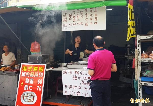 葉映明嫁做台灣媳,在苗栗縣苗栗市南苗市場內設攤,販售「腸粉」、「煲仔飯」等家鄉味。(記者彭健禮攝)