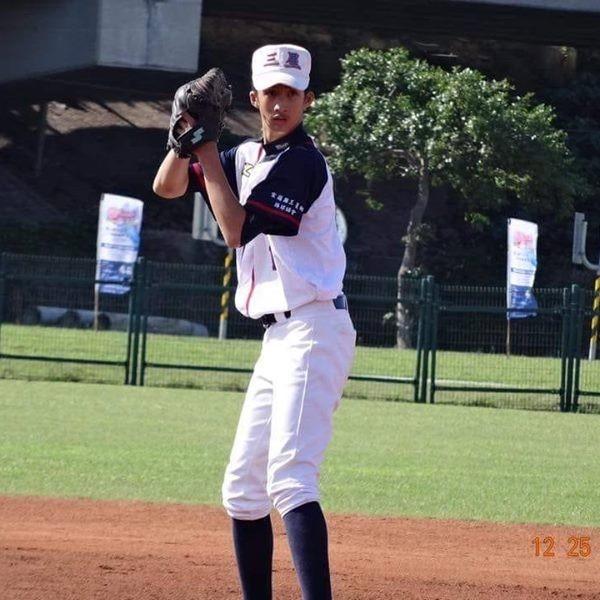 宜蘭縣三星國中棒球隊員陽東霖能投能打,被球探相中,赴日打球。(圖擷取自陽東霖臉書)