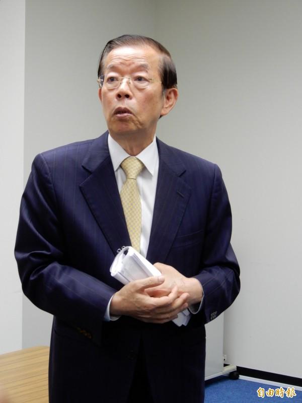 駐日代表謝長廷11日向媒體說明日本關西風災及北海道地震期間行程,踢爆統媒抹黑他「神隱三天」的說法。(記者林翠儀攝)