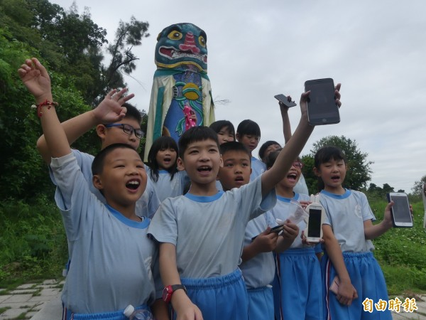 「金沙鎮巡禮之尋找風獅爺」App,國小同學也會輕易上手。(記者吳正庭攝)