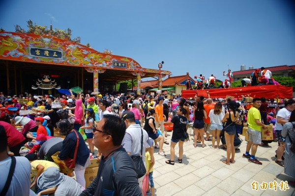 7月小琉球迎王祭典王船開光典禮灑糖果盛會,當時就吸引不少遊客來朝聖。(記者陳彥廷攝)