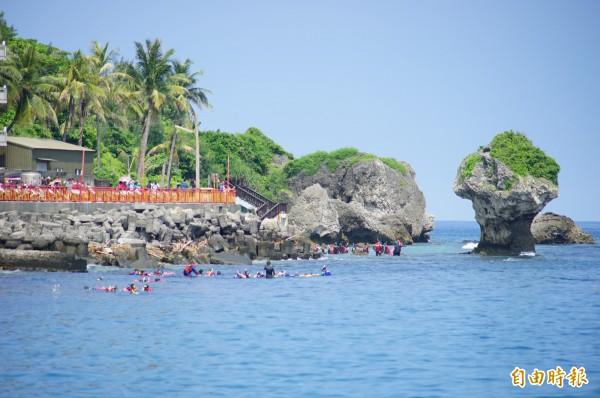 小琉球今年7月共有7萬4000名遊客到島上風景區遊玩,還創下歷年7月的新高。(記者陳彥廷攝)