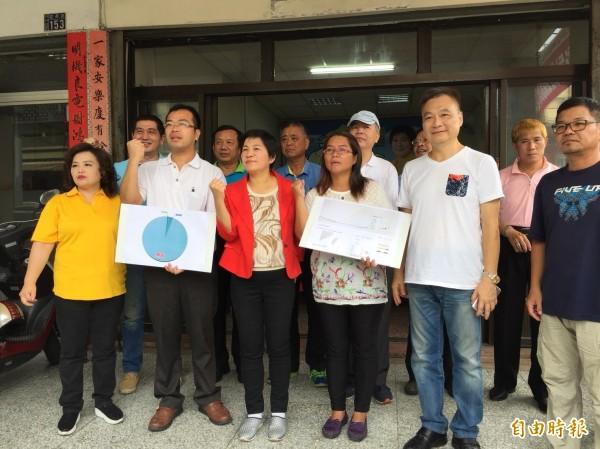 黃文玲(前排左3)希望選民改變投票思維,讓參政賢能之士發揮滴水穿石之力,撼動台灣選舉與反建制政治文化。(記者張聰秋攝)